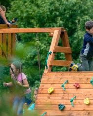 дети играют выше всех